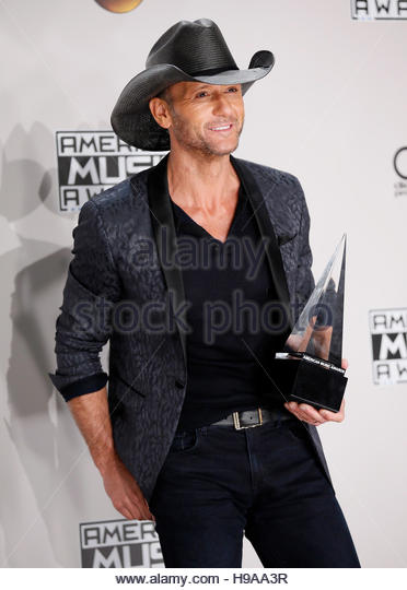 Singer Tim McGraw poses backstage with his award for favorite Country Song for 'Humble and Kind' during - Stock-Bilder