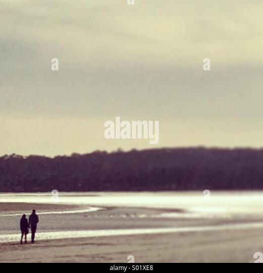 Couple walking along the beach - Stock-Bilder