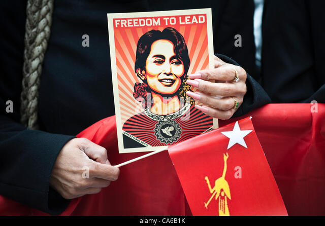 June 15, 2012 - Oslo, Norway: A fan of Aung San Suu Kyi holds a poster saying FREEDOM TO LEAD while waiting for - Stock-Bilder