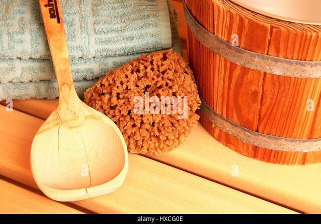 Sauna-infusion tub, wooden trowel and towels, Sauna-Aufgusskuebel, Holzkelle und Handtuecher - Stock-Bilder