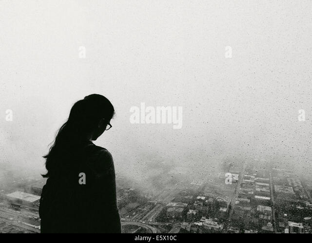 Silhouette of woman gazing over Chicago city, Illinois, USA - Stock Image
