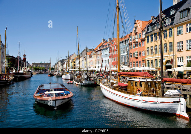 Sailing tour boat in Nyhavn Canal, Copenhagen, Denmark - Stock Image