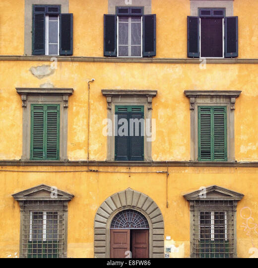 Italy, Tuscany, Pisa, Yellow house - Stock Image