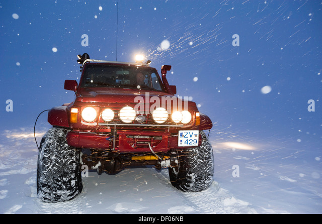 Super Jeep in a snow storm, winter landscape, Vatnajoekull Glacier, Icelandic Highlands, Iceland, Europe - Stock-Bilder