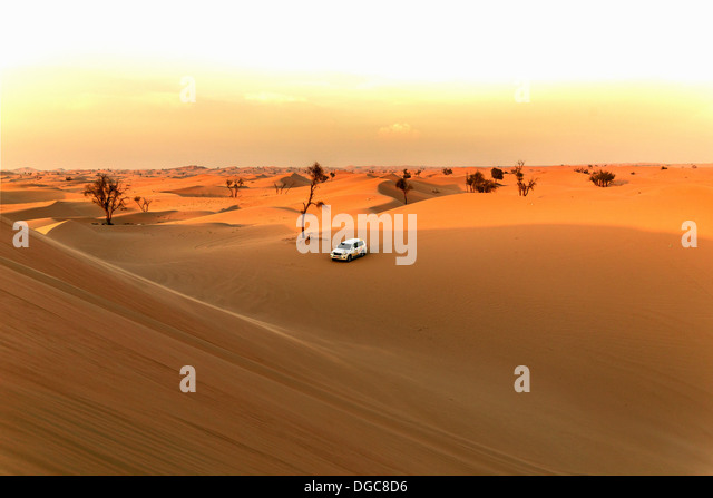 Off road vehicle in desert, Adu Dhabi, United Arab Emirates - Stock Image