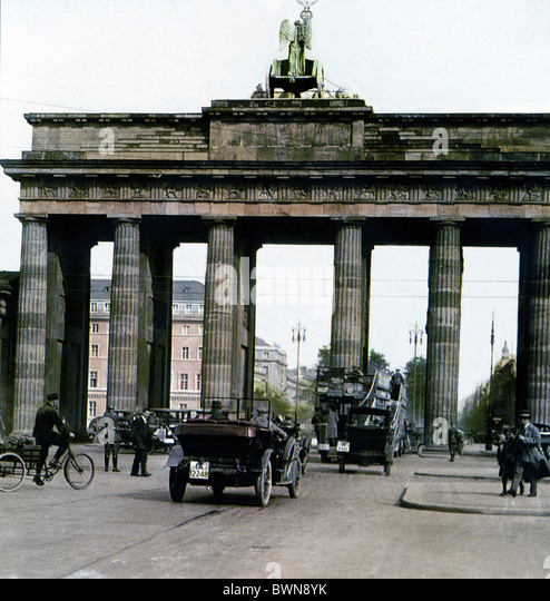 Brandenburger Tor Berlin 1930 history historical historic town traffic people landmark Brandenburg Gate Ger - Stock Image