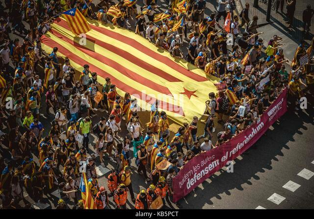 Barcelona, Spain. 28th Sep, 2017. Thousands of Catalan pro-independence students with a giant 'Estelada' - Stock Image