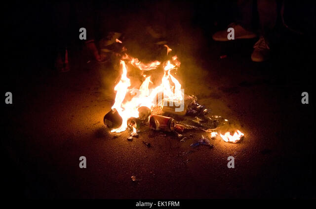 Wisconsin, USA. 05th Apr, 2015. University of Kentucky Wildcats fans stand around a pile of burning debris on State - Stock Image