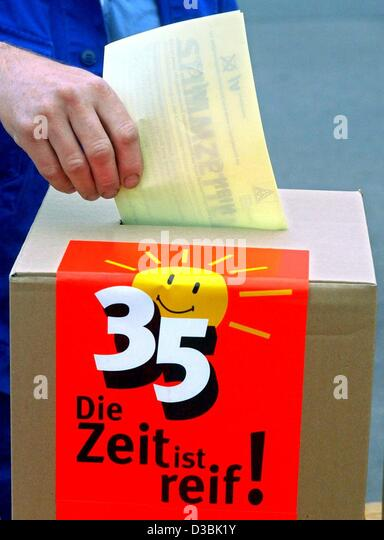 (dpa) - A worker casts his vote into a ballot box which carries the button '35 - Die Zeit ist reif' (35 - Stock Image