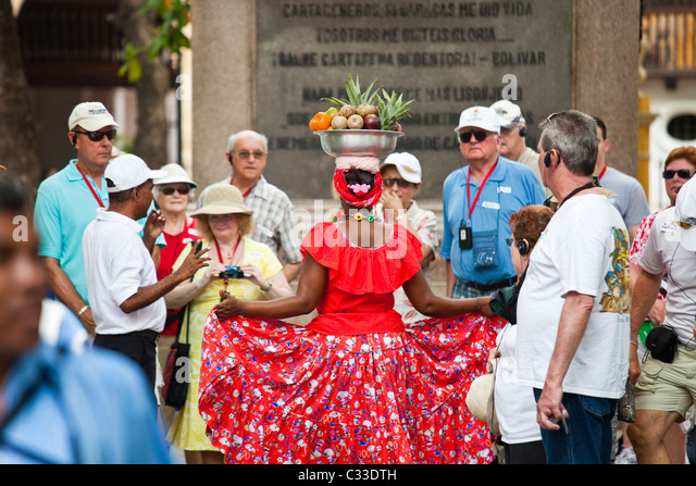 tour-group-and-a-fruit-lady-cartagena-co