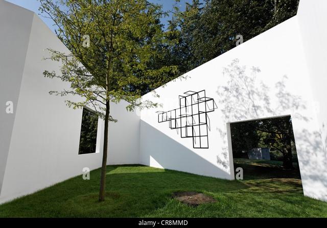 'Garden Gallery' by Sou Fujimoto, white walls with windows in the open, Skulpturenpark Koeln sculpture park, - Stock Image