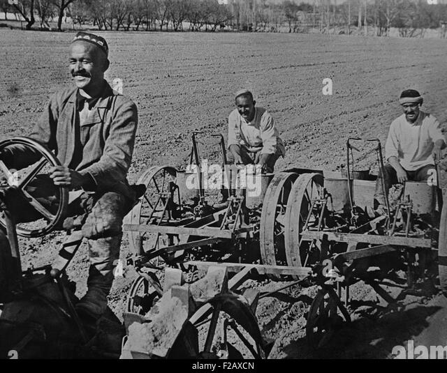 Planting cotton on the Navai collective farm, near Tashkent, Uzbekistan, USSR. Ca. 1935-40. (BSLOC_2015_2_257) - Stock-Bilder