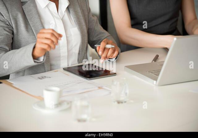 Businesswomen collaborating - Stock-Bilder