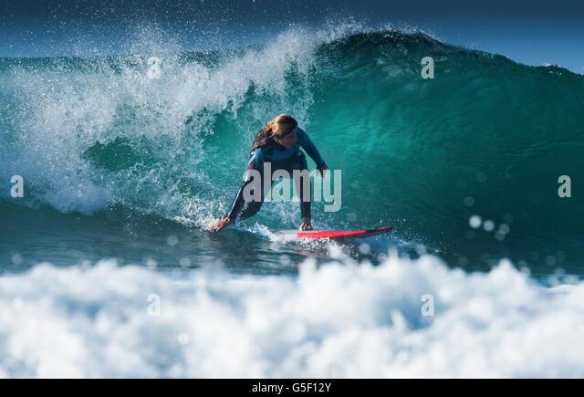 Surfing El Bunker.  Tarifa, Cadiz, Costa de la Luz, Andalusia, Spain. - Stock-Bilder