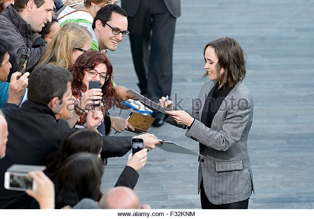 epa04949207 Canadian actress Ellen Page (R) signs autographs on the green carpet for the premiere of the movie 'Freeheld' - Stock Image