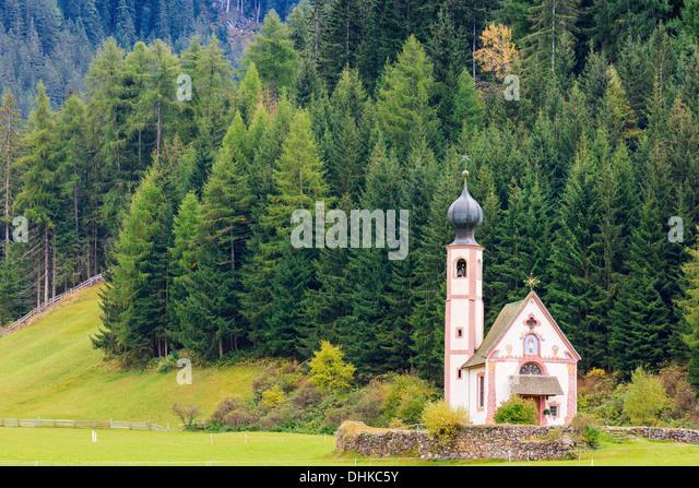 St. Johann (San Giovanni in Italian) chapel in Val di Funes in the Dolomites in northern Italy - Stock-Bilder