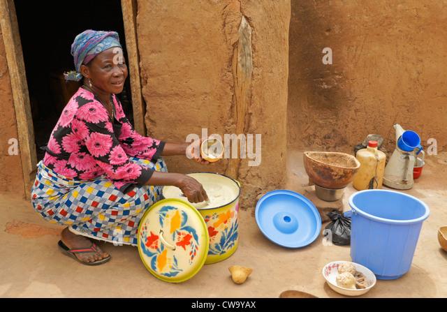 Woman making shea butter, Mognori Eco-Village, Ghana - Stock Image
