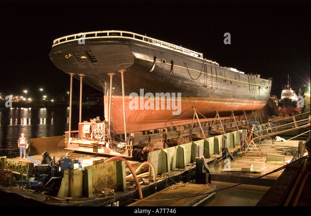 Working in a Shipyard at Night - Stock-Bilder