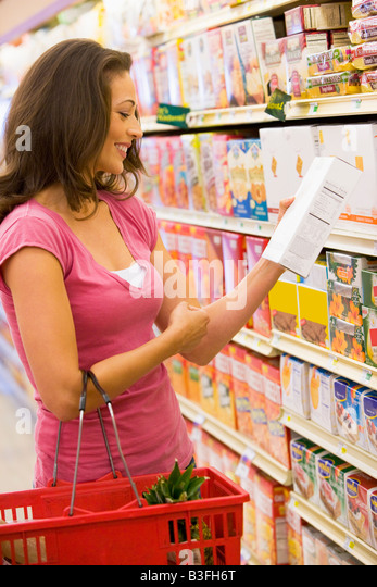 Woman shopping at a grocery store - Stock Image