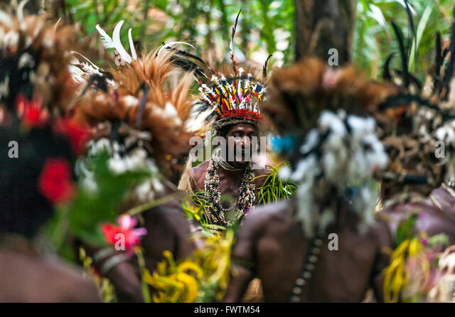 Local Dancers men performing a traditional dance and wearing traditional headdresses Maclaren Harbour, Papua New - Stock-Bilder