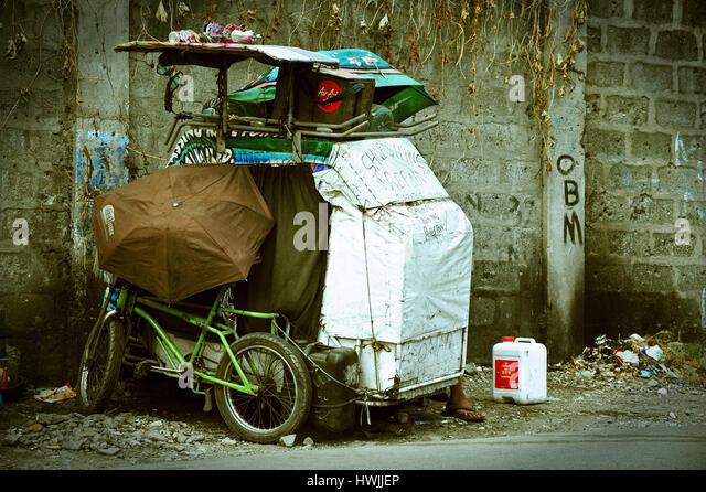 Tricycle Castle of homeless guy in Manila - Stock-Bilder