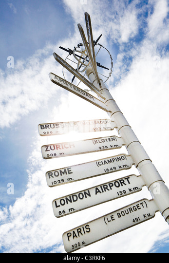 Finger post at Birmingham Airport, highlighting distance to international destinations. - Stock-Bilder