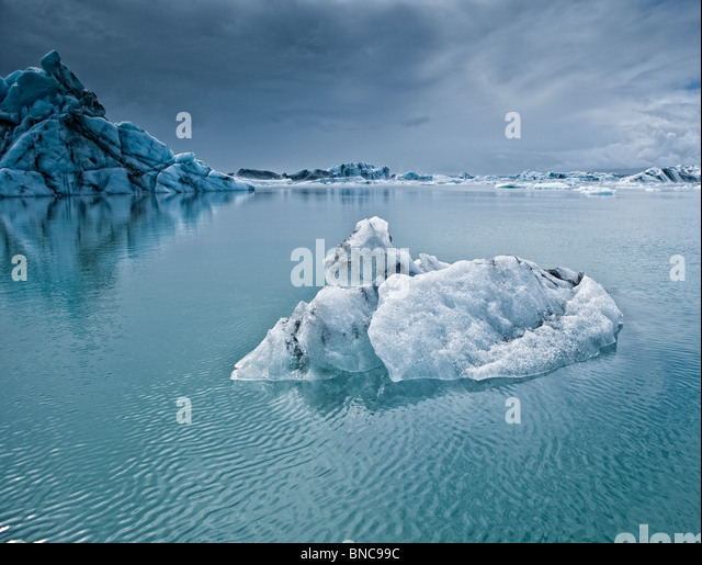 Icebergs floating in The Jokulsarlon Glacial Lagoon, Breidamerkurjokull Glacier, Vatnajokull Ice Cap, Eastern Iceland - Stock Image