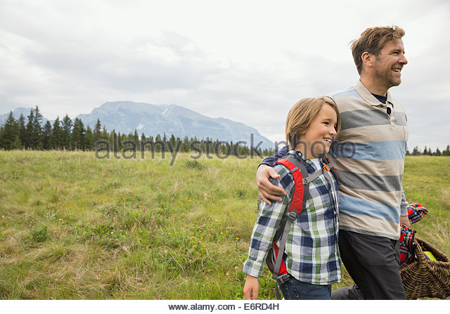 Father and son having picnic in rural field - Stock-Bilder