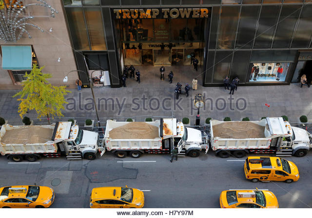 Sanitation trucks filled with sand act as barricades along Fifth Avenue outside Republican presidential nominee - Stock-Bilder