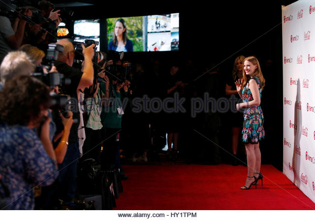 Actor Jessica Chastain waves to photographers on the red carpet during CinemaCon, a convention of movie theater - Stock-Bilder