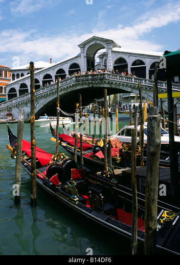 Gondolas in front of the Rialto Bridge, Ponte di Rialto, Grand Canal, Venice, Venezia, Italy, Italia - Stock Image