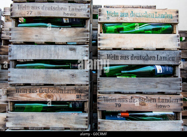 Weinhandlung stock photos weinhandlung stock images alamy for Empty wine crates