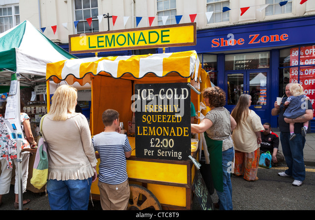 Market stall holder selling traditional lemonade at Louth food festival Lincolnshire, UK, England - Stock Image