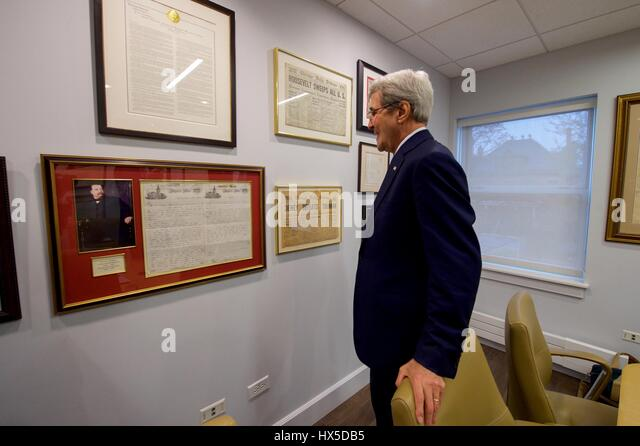 US Secretary of State John Kerry looks at political memorabilia in the office of University of Chicago Institute - Stock Image