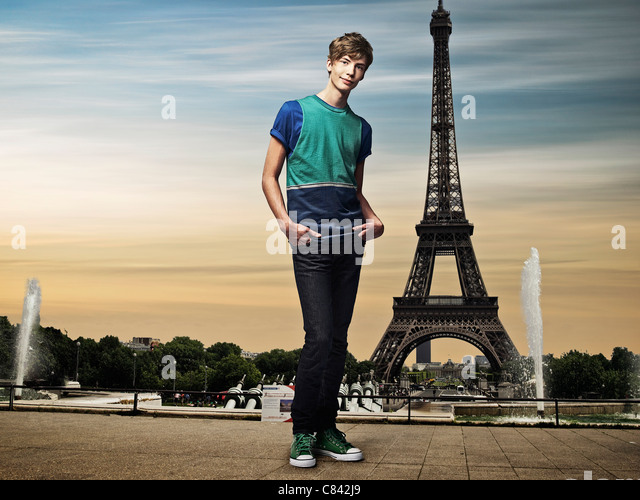 Man standing in front of Eiffel Tower - Stock Image