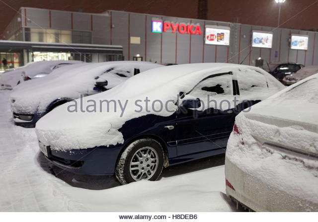 St. Petersburg, Russia, 10th November, 2016. Cars under snow on the parking lot of K-Ruoka hypermarket. More than - Stock Image