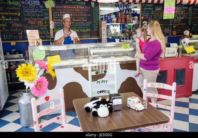 Indiana Valparaiso Valpo Velvet Shoppe ice cream maker dairy frozen dessert business man server refrigerator woman - Stock Image