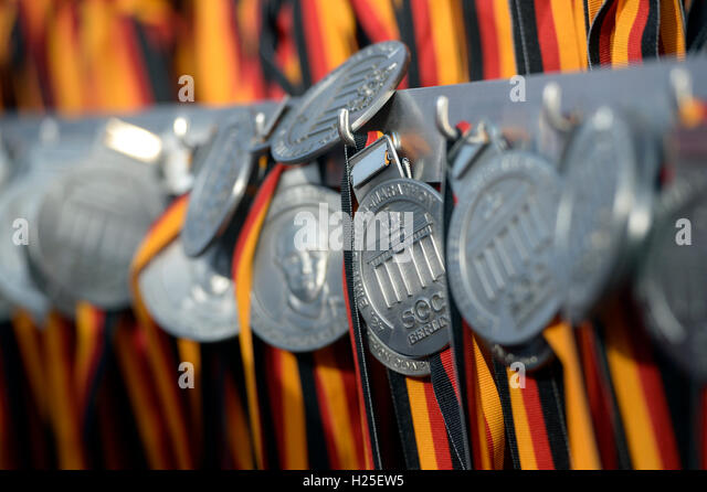 Berlin, Germany. 25th Sep, 2016. Medals waiting for the participants of the 43rd Berlin Marathon in Berlin, Germany, - Stock-Bilder
