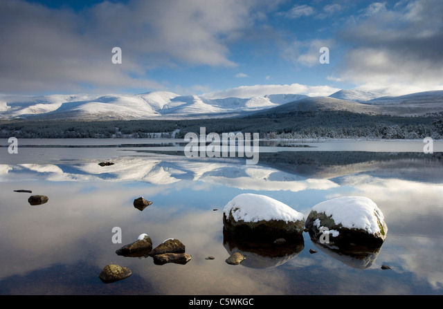 Loch Morlich and Cairngorm Mountains in winter, Cairngorms National Park, Scotland, Great Britain. - Stock-Bilder