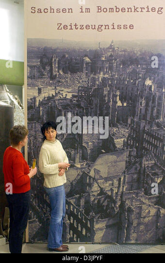 (dpa) - Two visitors attend the exhibition 'Saxony during the bomb war' at the museum of military history - Stock Image
