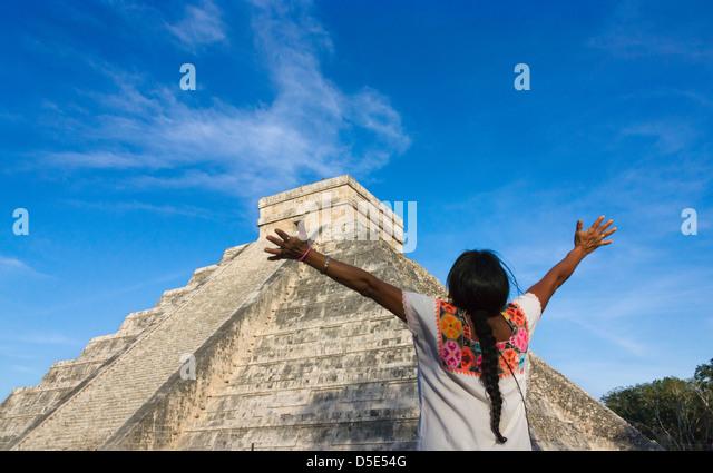 Tourist with Temple of Kukulkan (often called El Castillo), Chichen Itza, Yucatan, Mexico - Stock-Bilder