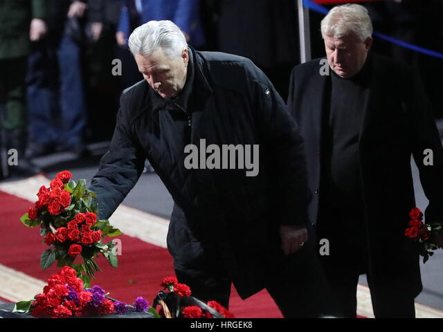 Moscow, Russia. 2nd Mar, 2017. Two time ice hockey Olympic champion Alexander Yakushev (L) pays last respects to - Stock Image