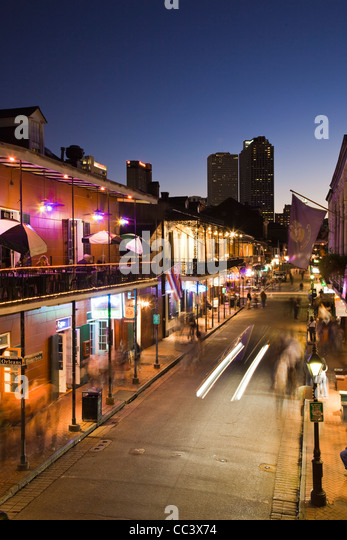 USA, Louisiana, New Orleans, French Quarter, Bourbon Street and city skyline, elevated view, dusk - Stock-Bilder