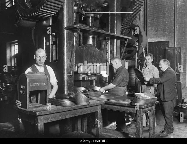 Workers Making Mailboxes, Washington Navy Yard, Washington DC, USA, National Photo Company, November 1922 - Stock Image
