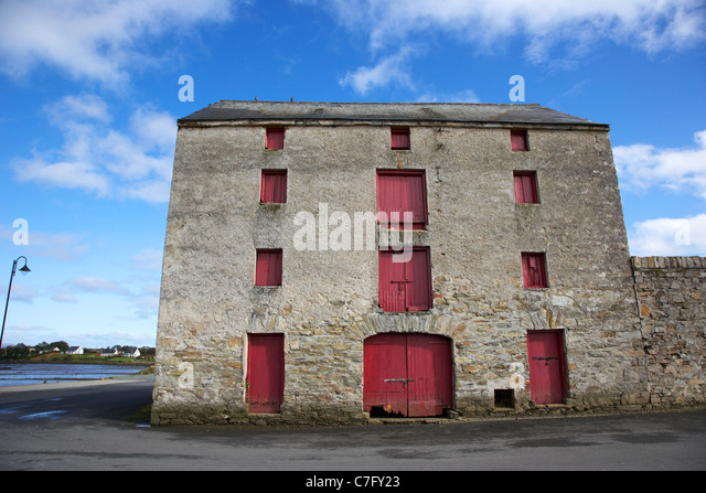 the old warehouses on the quay ramelton county donegal republic of ireland - Stock Image