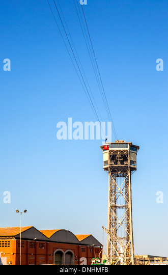 Low angle view of overhead cable car, Barcelona, Catalonia, Spain - Stock-Bilder