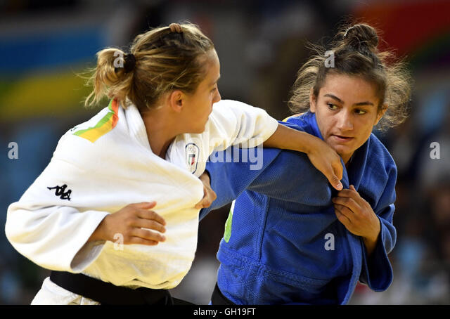 Rio de Janeiro, Brazil. 07th Aug, 2016. Kosovo's Majlinda Kelmendi (R) competes with Italy's Odette Giuffrida - Stock-Bilder