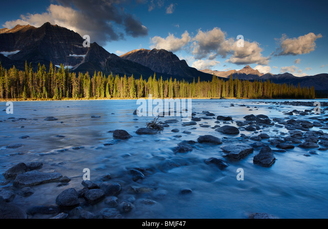 the Athabasca River with Mt Fryatt & Mt Edith Cavell, Jasper National Park, Alberta, Canada - Stock Image