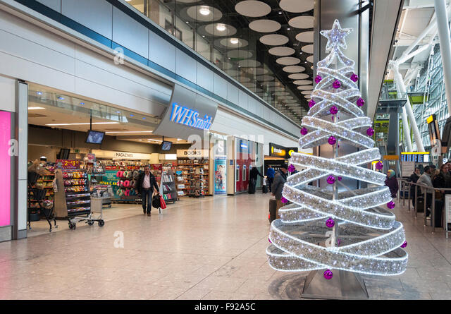 Christmas tree at arrivals level, Terminal 5, Heathrow Airport. Hounslow, Greater London, England, United Kingdom - Stock-Bilder