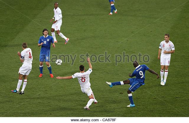 24/06/2012 Kiev. Euro 2012 Football. England v Italy. Steven Gerrard turns his back as Mario Balotelli shoots. Photo: - Stock-Bilder